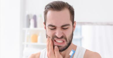 Como aliviar dor de dente? Confira dicas para aliviar o problema
