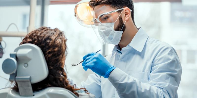 dentista atendendo uma paciente em seu consultório