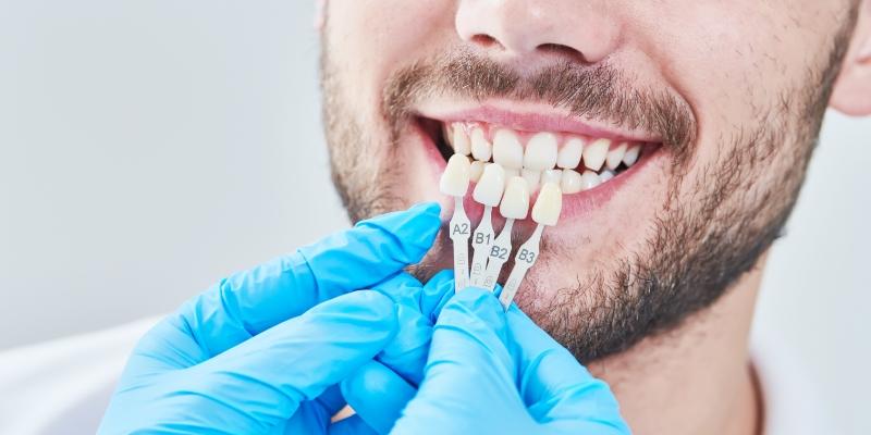 homem em uma consulta com um dentista especialista em restauração