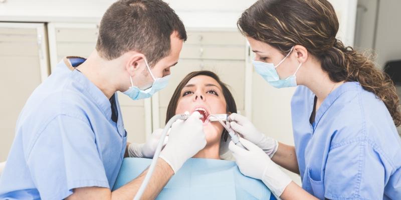 Mulher deitada em uma maca realizando o procedimento após saber o valor de tratamento de canal