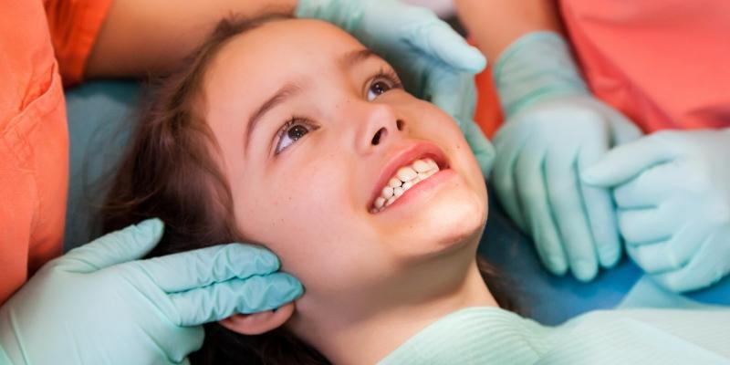 criança em um consultório odontológico pois está com carie infantil