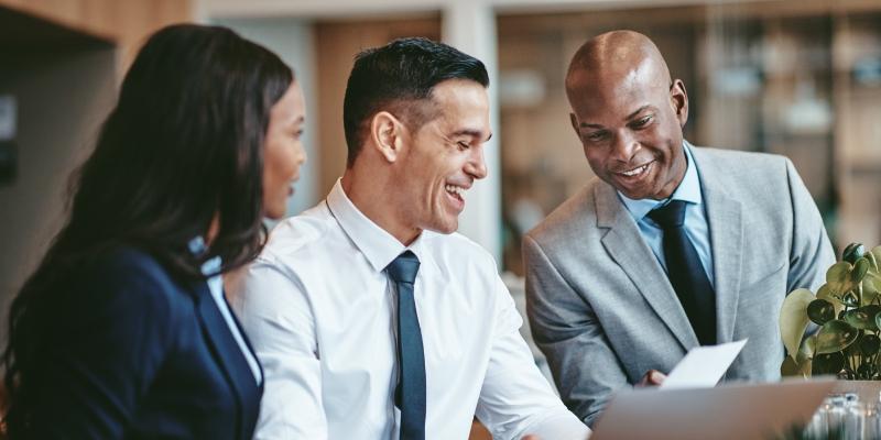uma mulher e dois homens conversando sobre retenção de talentos nas organizações