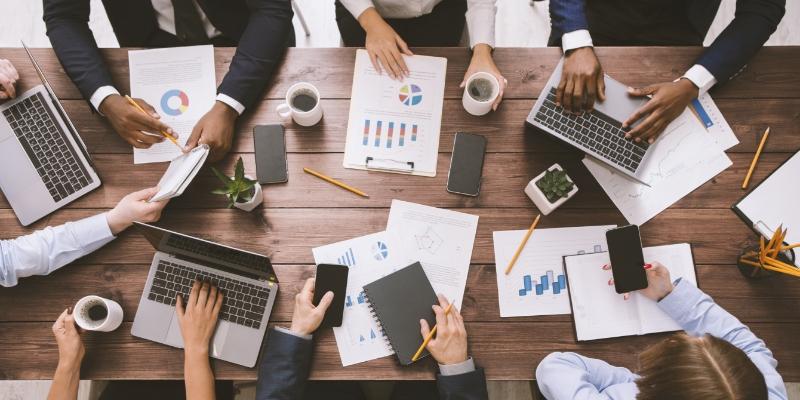 7 pessoas em reunião definindo melhores condições do ambiente de trabalho