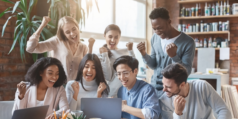 7 pessoas comemorando seus resultados que só foi possível pois sua empresa aplicou estratégias para aumentar a produtividade