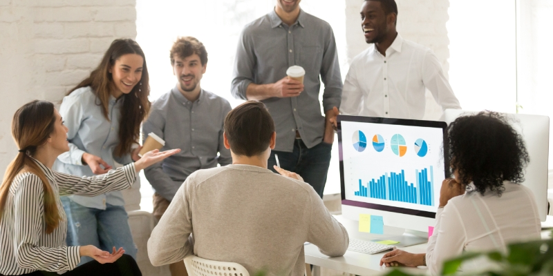 pessoas felizes em seu ambiente de trabalho pois sua empresa fornece benefícios para melhorar a saúde no trabalho