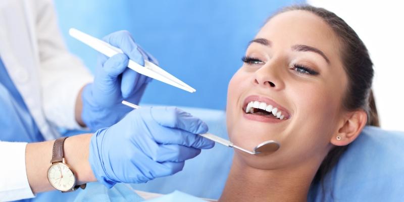 mulher em um consultório odontológico para seu dentista especialista em canal realizar o procedimento