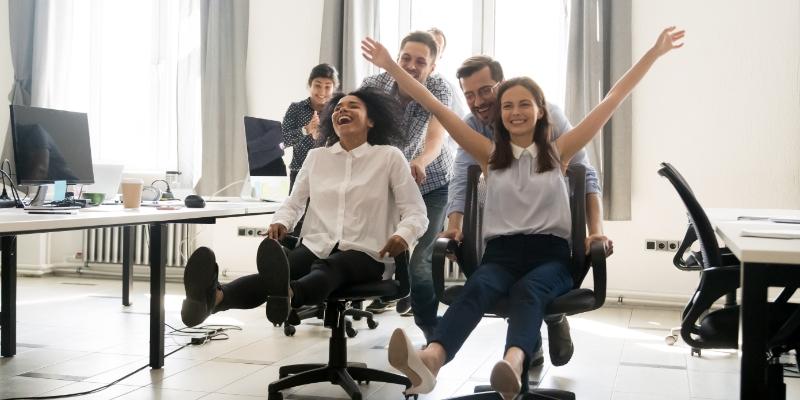 pessoas se divertindo em um escritório pois tem um bom ambiente de trabalho