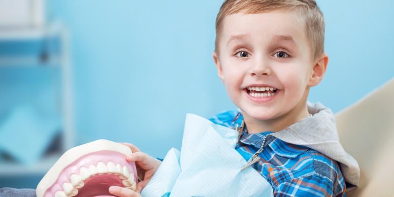 criança em um dentista odontopediatra