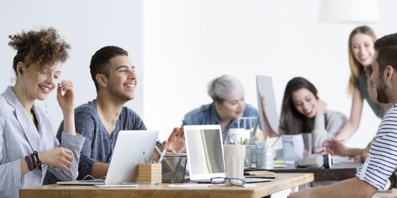 Funcionários felizes por estar em um  ambiente de trabalho saudável