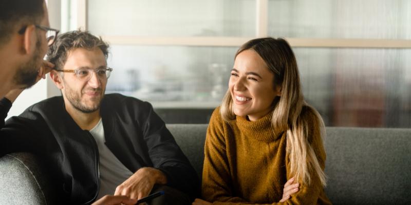4 pessoas reunidas em uma reunião definindo estratégias para motivação para funcionários