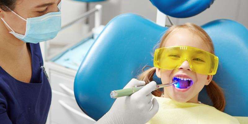 criança em um dentista infantil