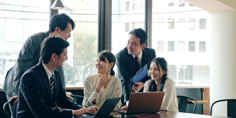 5 pessoas em reunião definindo melhores condições do ambiente de trabalho