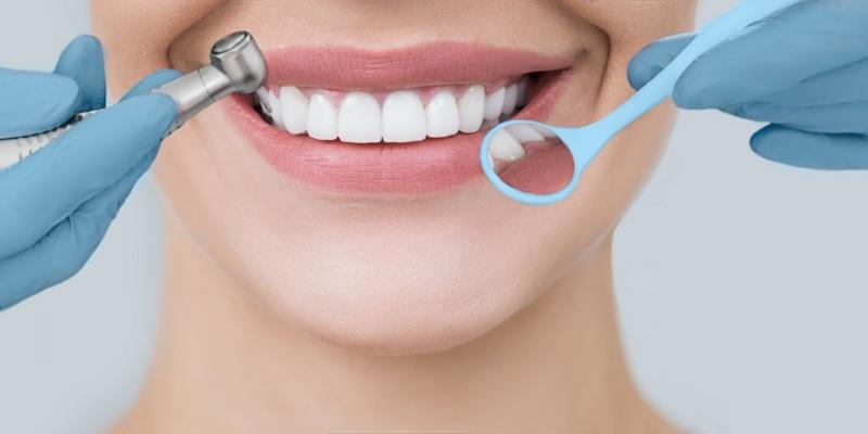mulher sorrindo em tratamento odontológico