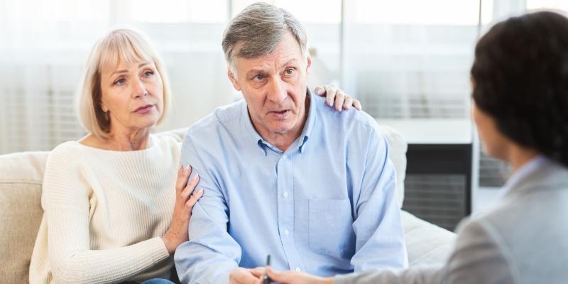 um casal de senhores conversando com om corretor para escolher os melhores convênios odontológicos