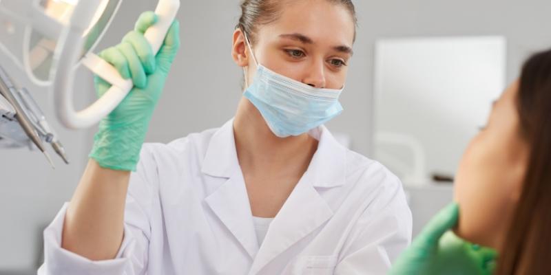 dentista explicando detalhes do  plano dentário cobre implante