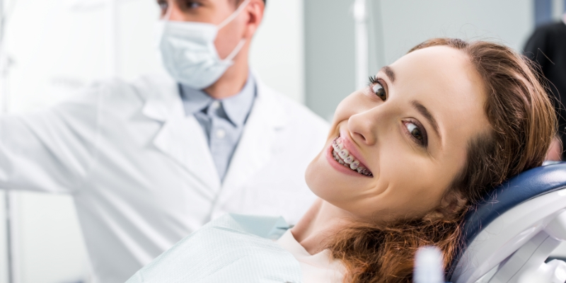 paciente em seu dentista de aparelho