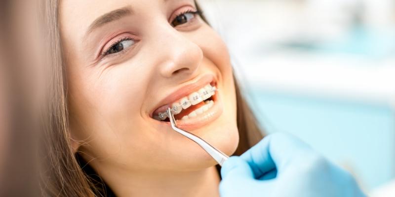 paciente em um dentista que oferece plano odontológico cobre aparelho
